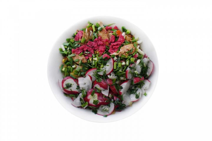 Salad with radishes and roasted chikens