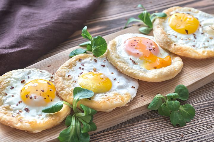 Baked eggs in puff pastry